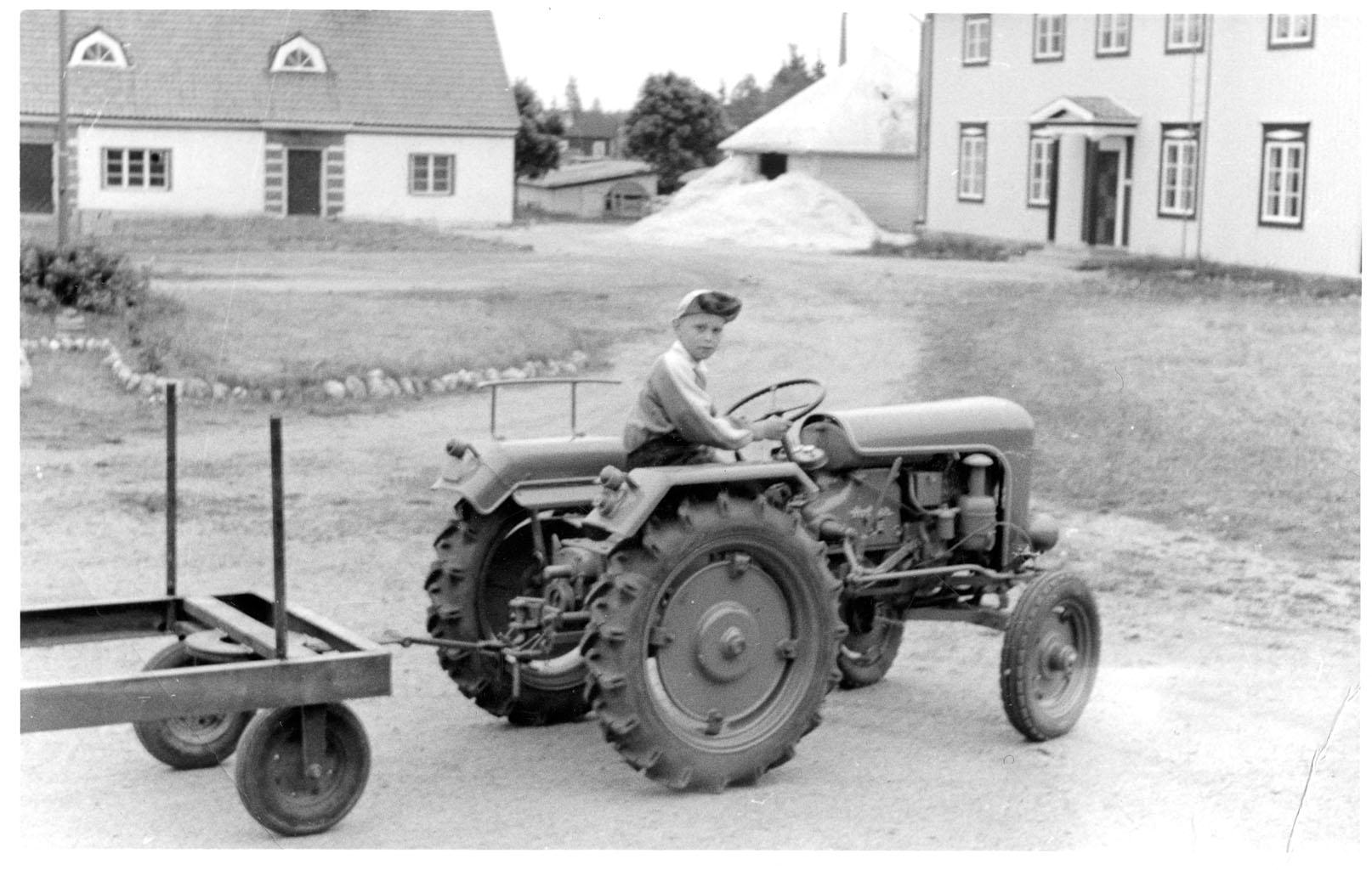 Holder-traktori ja polvenkorkuinen Simo.