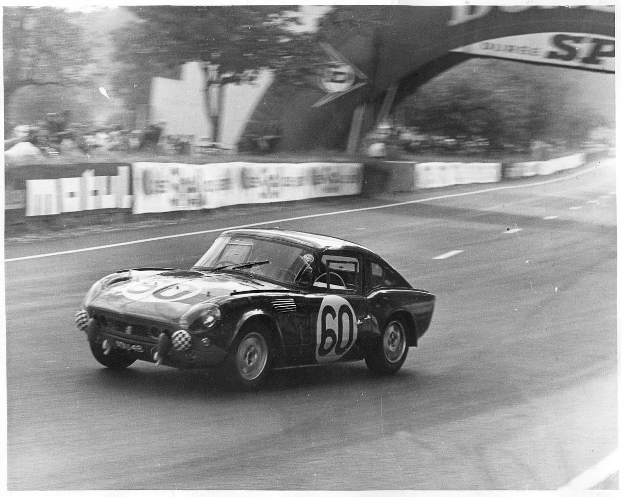 Le Mansissa Triumphin puikoissa -65. Huomaa Michelottin muovailema kattolinja, joka muistuttaa huomattavasti seuraavana vuonna esiteltyä GT6:sta.