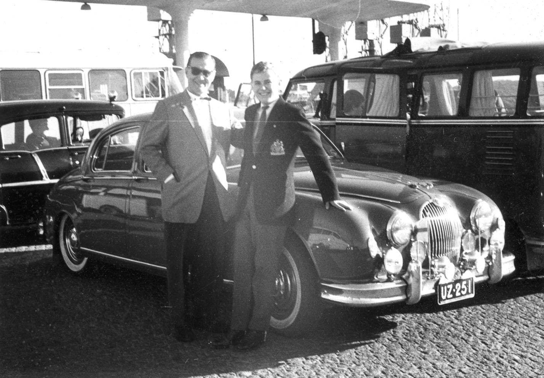 Isä, poika ja Jaguar Mk I.