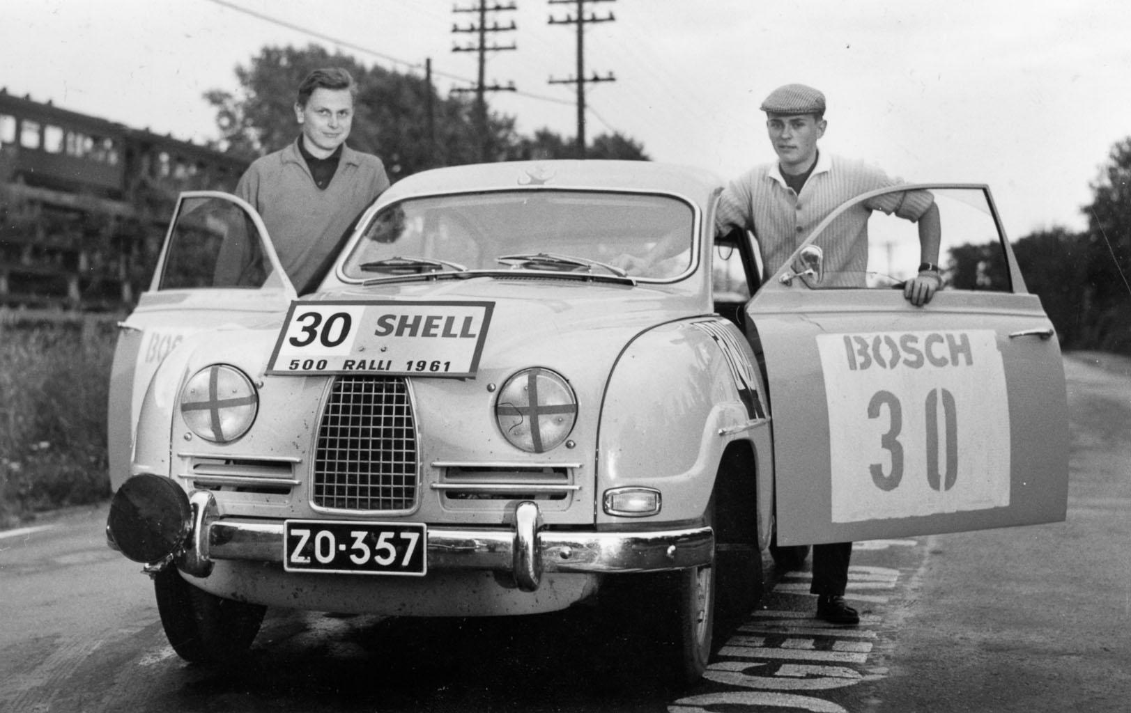 Simo Lampisen ensimmäinen ralliauto oli Saab 96, jolla hän heti saalisti 500-rallin neljännen sijan. ZO-357 on juuri se sama helmenharmaa yksilö, jota Importerin automyyjä Kai L. Bremer ei millään meinannut suostua keskenkasvuisena pitämälleen Simolle myymään.