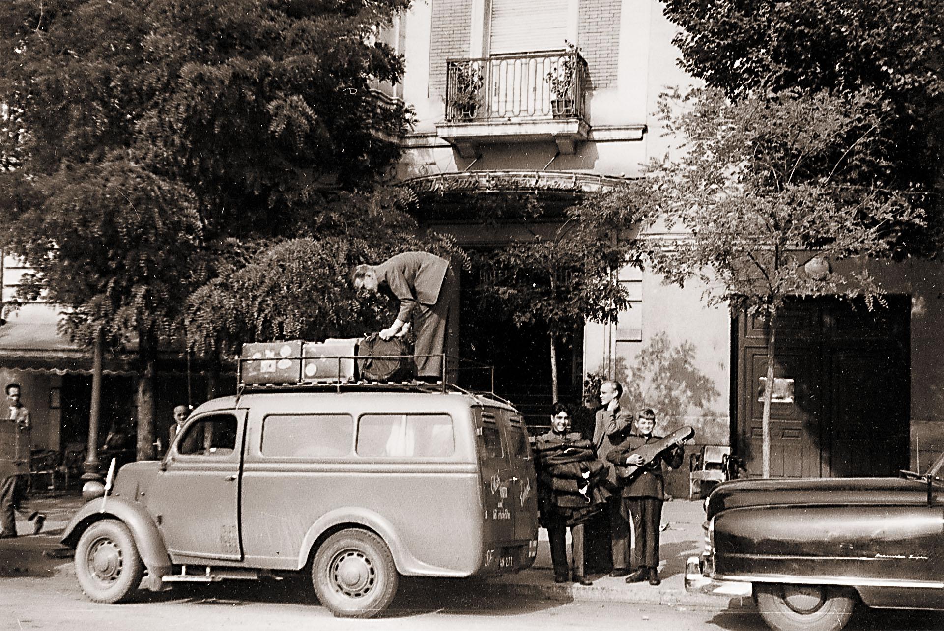Vastaansanomaton aihetodiste siitä, että -52 Ford Customline oli Olavi Virran ensimmäinen auto: Vuonna -51 Olavi Virran orkesteri teki pitkän Euroopan-turneen aina Madridiin asti hanuristi Toivo Wahlstenin Fordsonilla. Mikäli mitään muuta ajoneuvoa olisi ollut saatavilla, kuusi miestä ja soittimet olisivat lähteneet matkaan sillä.
