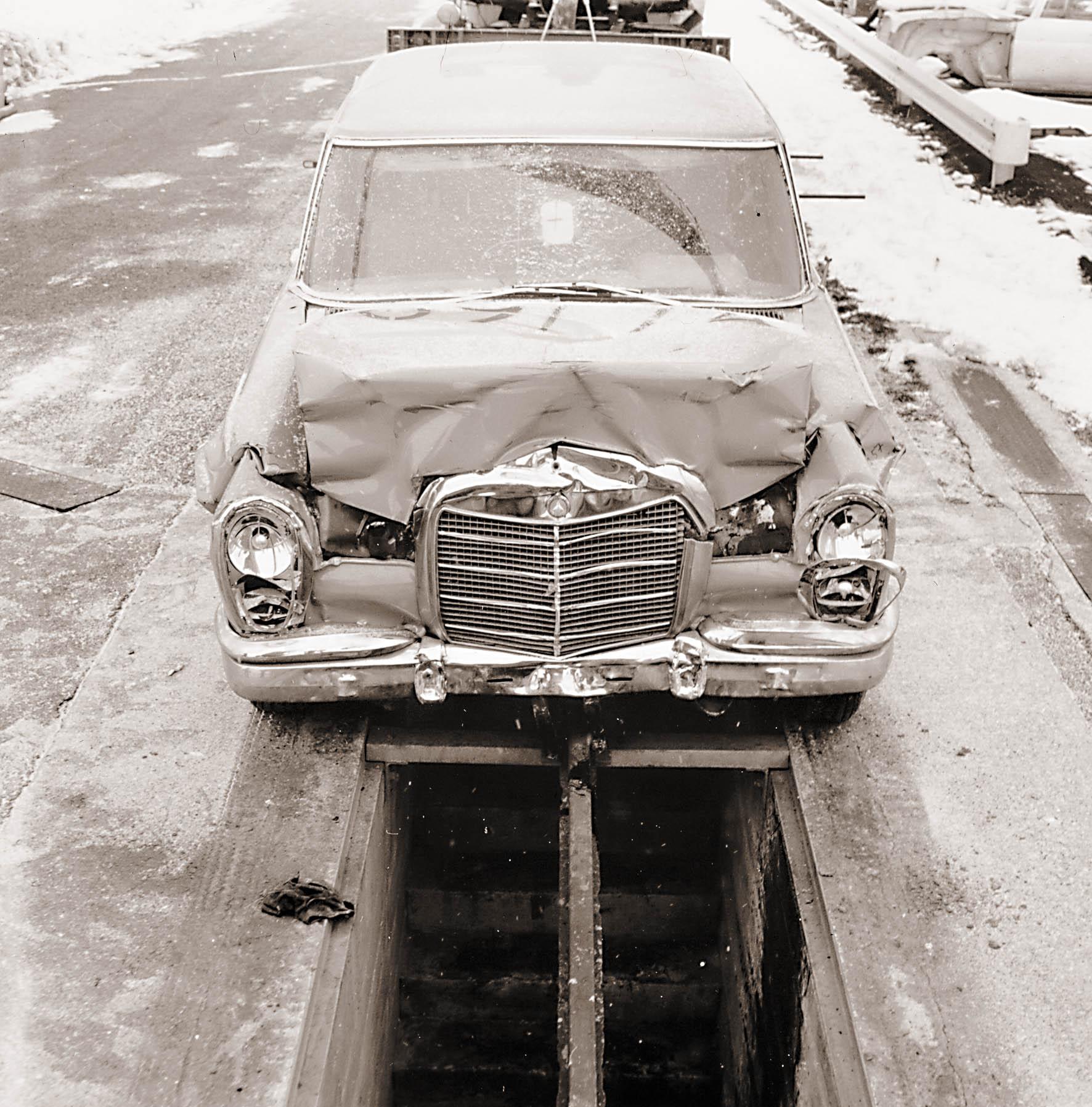Etenkin USA:n liittovaltion kolariturvallisuusmääräykset pakottivat Mercedesinkin todistamaan 600:n koossapysymisen törmäyksissä, joskin tehdas oli tehnyt vastaavia kokeita oma-aloitteisesti jo ennen W 100:n ensiesittelyä.