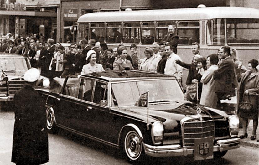 """Vaikka kuningatar Elisabeth II onkin saanut nauttia 600:n kyydistä eri puolilla maailmaa, ei hän ole koskaan omistanut sellaista. Tässä Elisabeth Hollannin silloisen prinsessa Beatrixin vieraana, alakuvassa Belgian kuninkaan Baudouin´n seurassa. Kumpikin autoista on """"lyhyträttinen"""" Landaulet. Huomaa takailmastoinnin ilmanotto pyöränkaaren yläpuolella."""