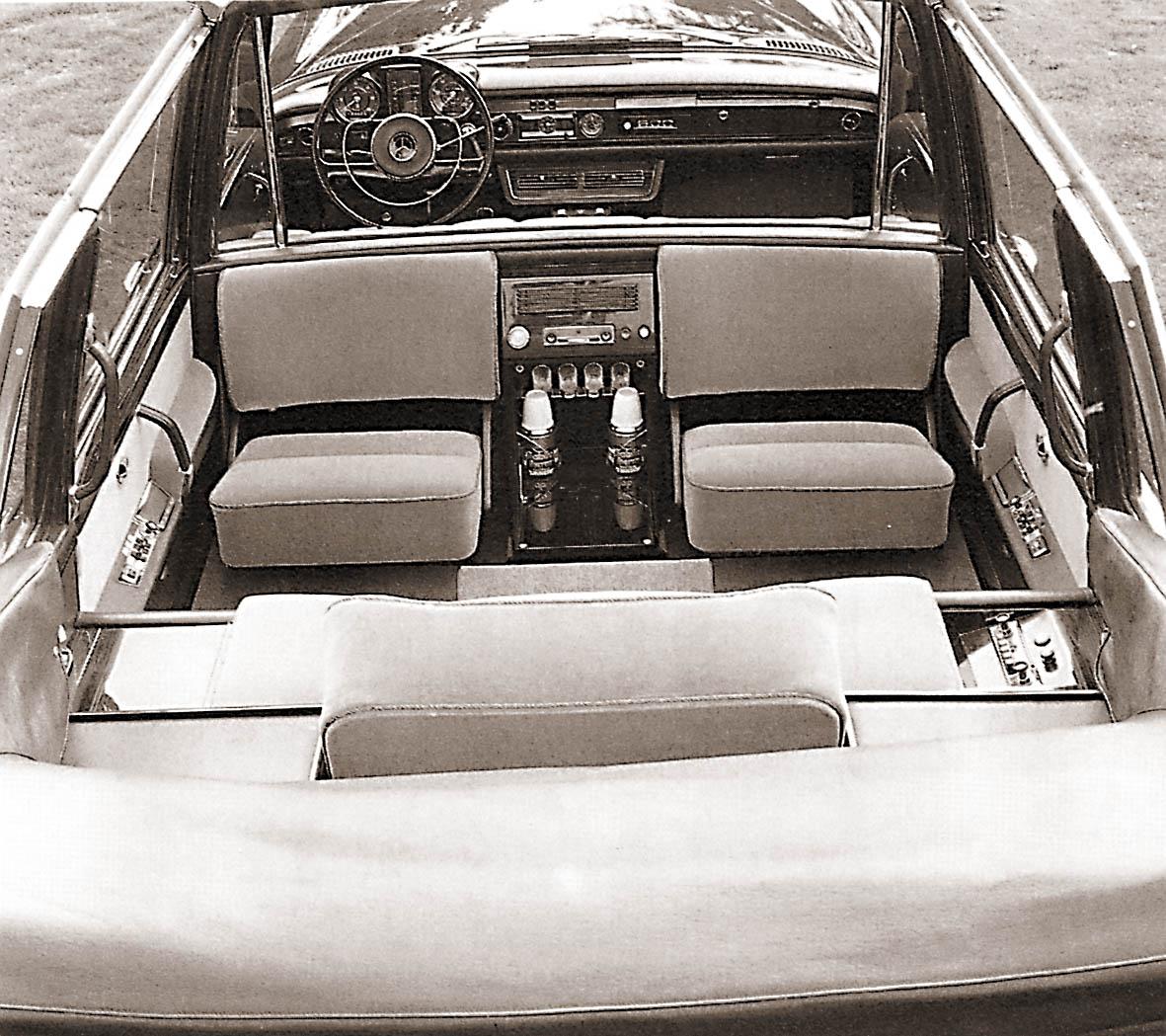 """Erikoisovijärjestelyt sulavoittivat """"Popemobilen"""" akvaariomaisia linjoja. Takana oli vain yksi varsinainen istuin, ja sekin hydraulisesti korkeudeltaan säädettävissä. Kardinaaleille tai avustajille oli tarjolla tilapäispenkit selkä menosuuntaan. Keskellä oli lokerikko termospulloille (tai vihkivedelle?) ja kristallilaseille sekä ilmastoinnin säädöt ja osa monipuolisen radiopuhelinjärjestelmän nappuloista. Auto on nykyisin Mercedesin tehdasmuseossa."""
