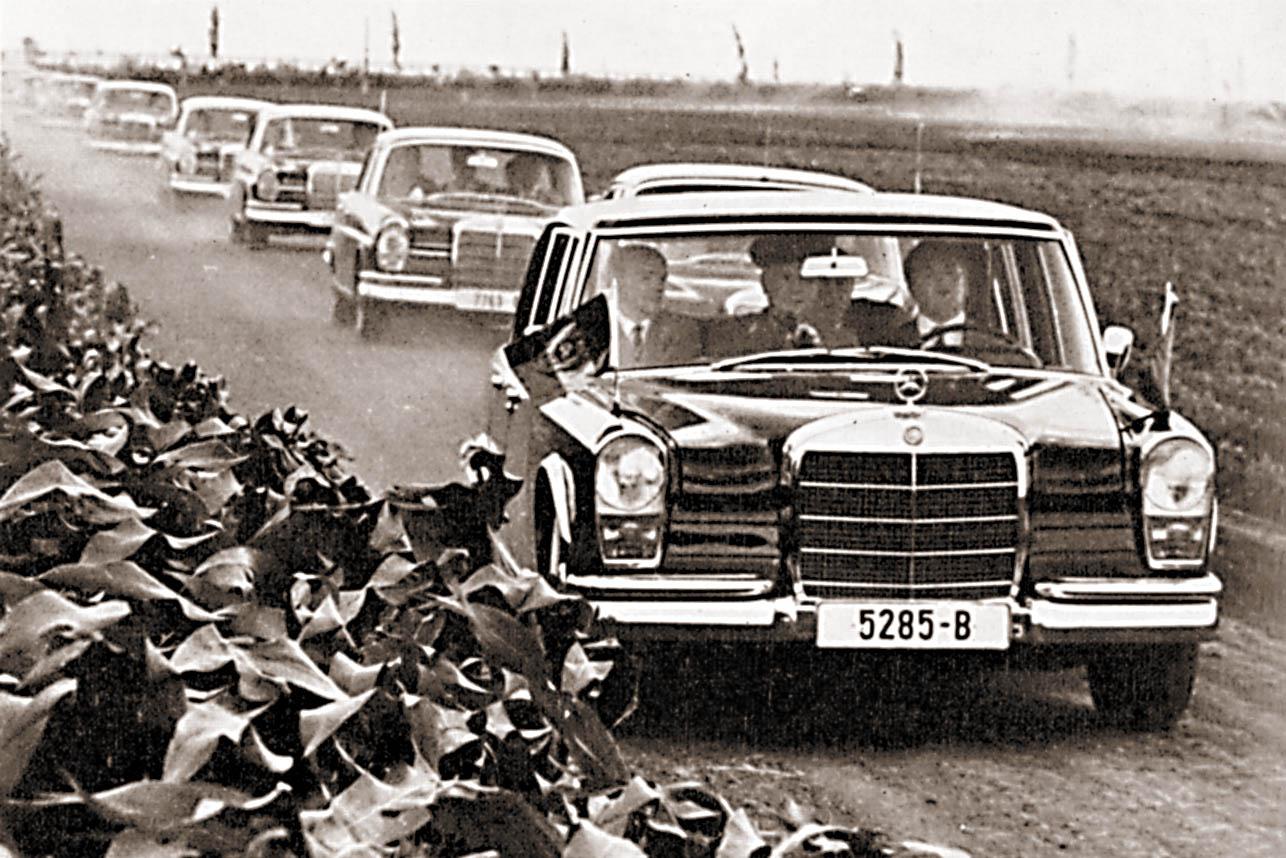 Kiinan pääministeri Tsou En-lai oli Maon läheisimpiä marssitovereita ja pääsi nauttimaan 600-kyydistä myös matkoillaan. Tässä tapauksessa hän ihailee Nikolaen kanssa Bukarestin ympäristön rehevien kolhoosien tuotantotavoitteiden ylittymistä 60-luvun lopulla.
