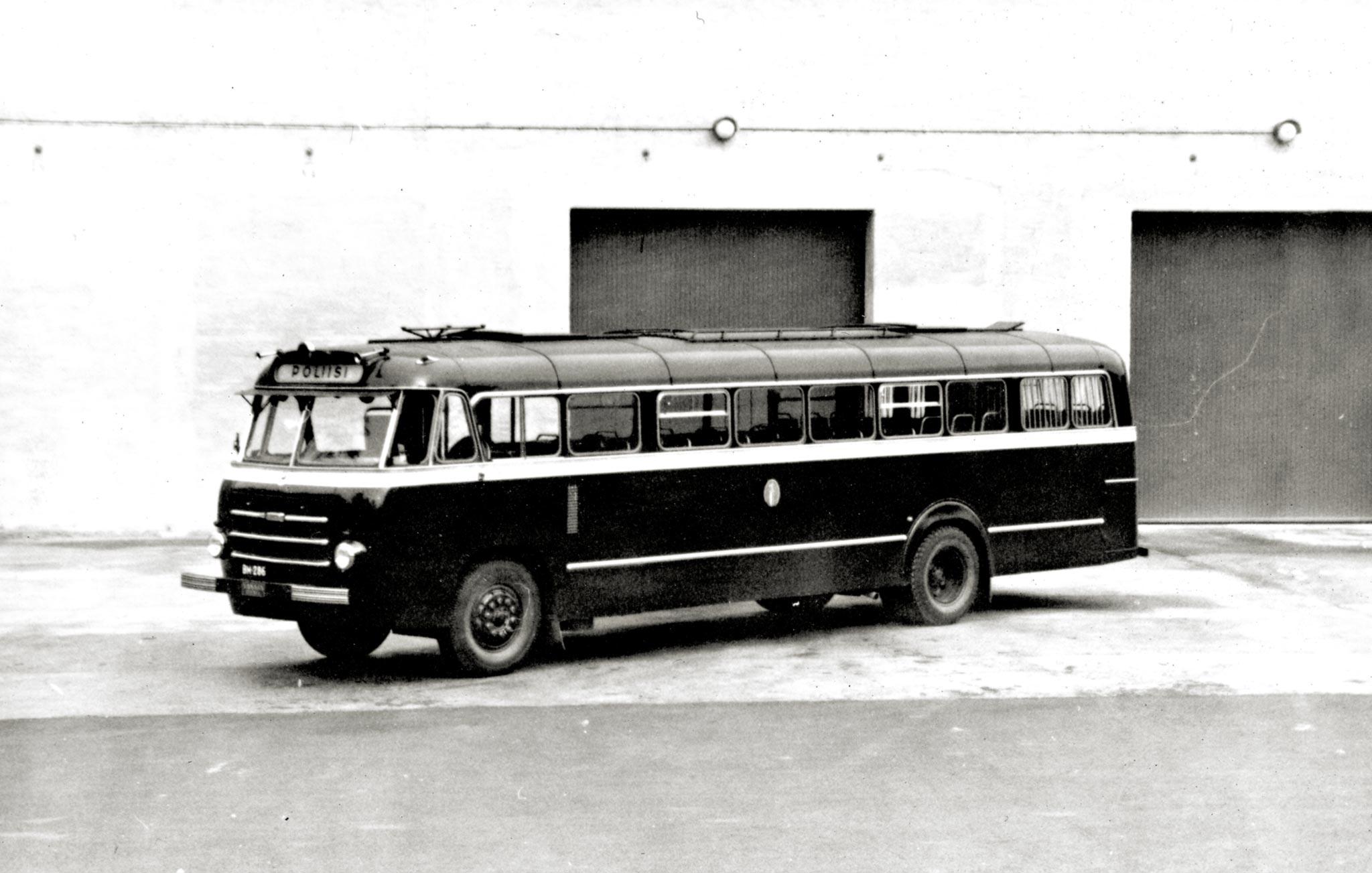 No tähän bussiin mahtuu vaikka koko Suomen Kuvalehden kuvatoimitus, jos rupeavat rettelöimään... Vanaja-alustaisen linja-auton on todennäköisimmin korittanut Helko.