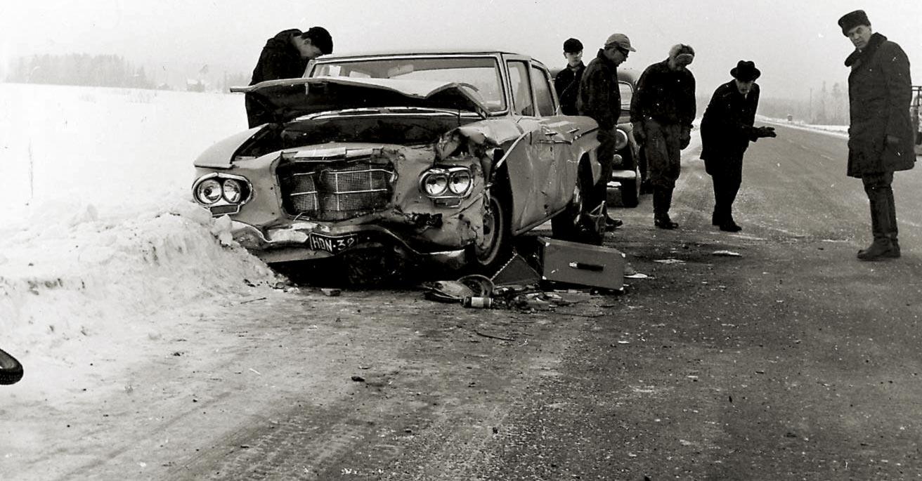 """""""Onnettomuushetkellä satoi jäätävää tihkua ja tienpinta oli liukas."""" Hämeen läänin kilvissä oleva Studebaker Lark on kohdannut Wartburgin. Vauriot näyttävät sen verran vähäisiltä, että suuremmilta vammoilta oltaneen vältytty. Kolaripaikka on Haarajoella, vanhalla Lahdentiellä."""