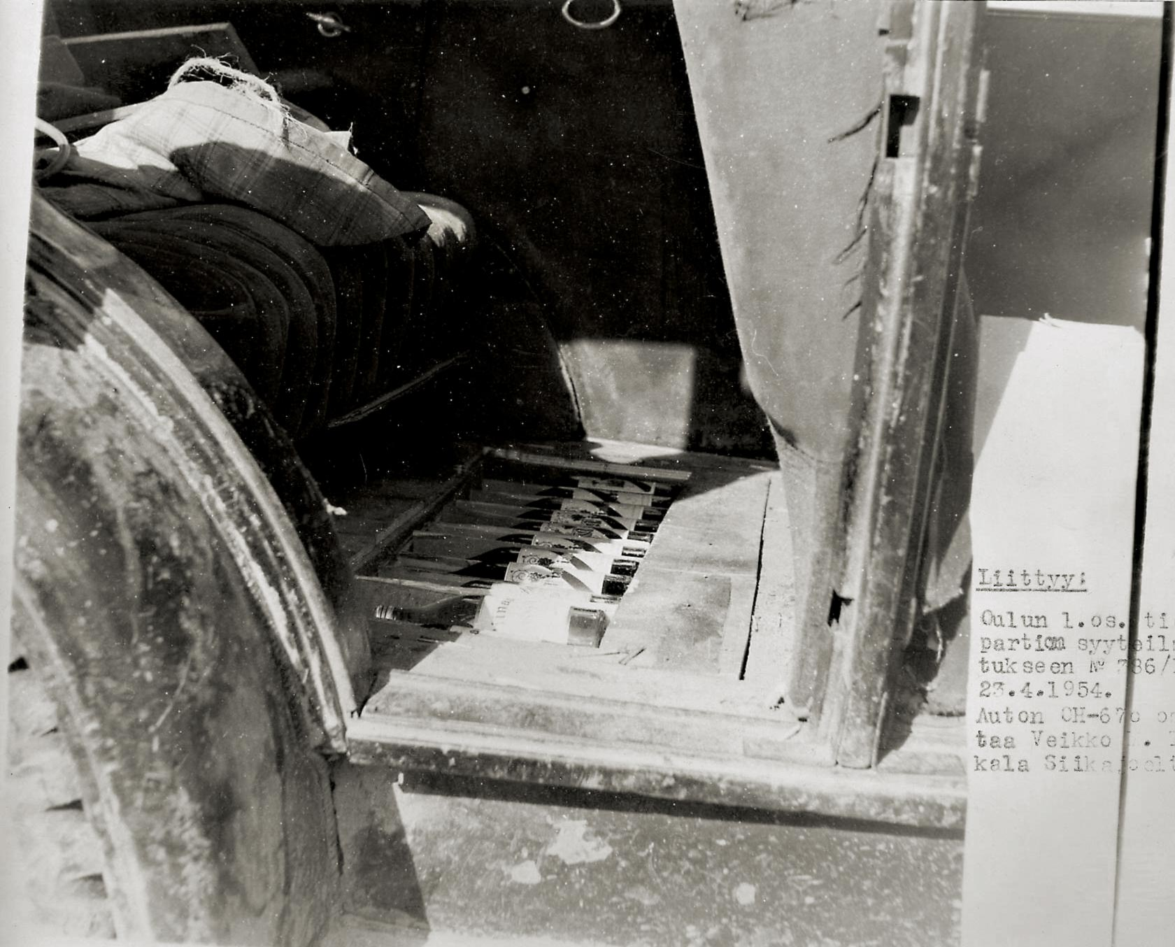 Vielä 50-luvun puolivälissä pimeän väkijuoman kuljetuksissa saatettiin törmätä kuvassa esiintyvän nuhjuisen kanttiauton kaltaisiin ratkaisuihin. Kuva todistaa, että eivät salapohjat olekaan pelkkää urbaanilegendaa. Esitutkintakuva on Oulun seudulta vuodelta -54. Auton rengastus on myös hurjan näköinen: edessä loppuunajetut, takana todella karkeat nappularenkaat.