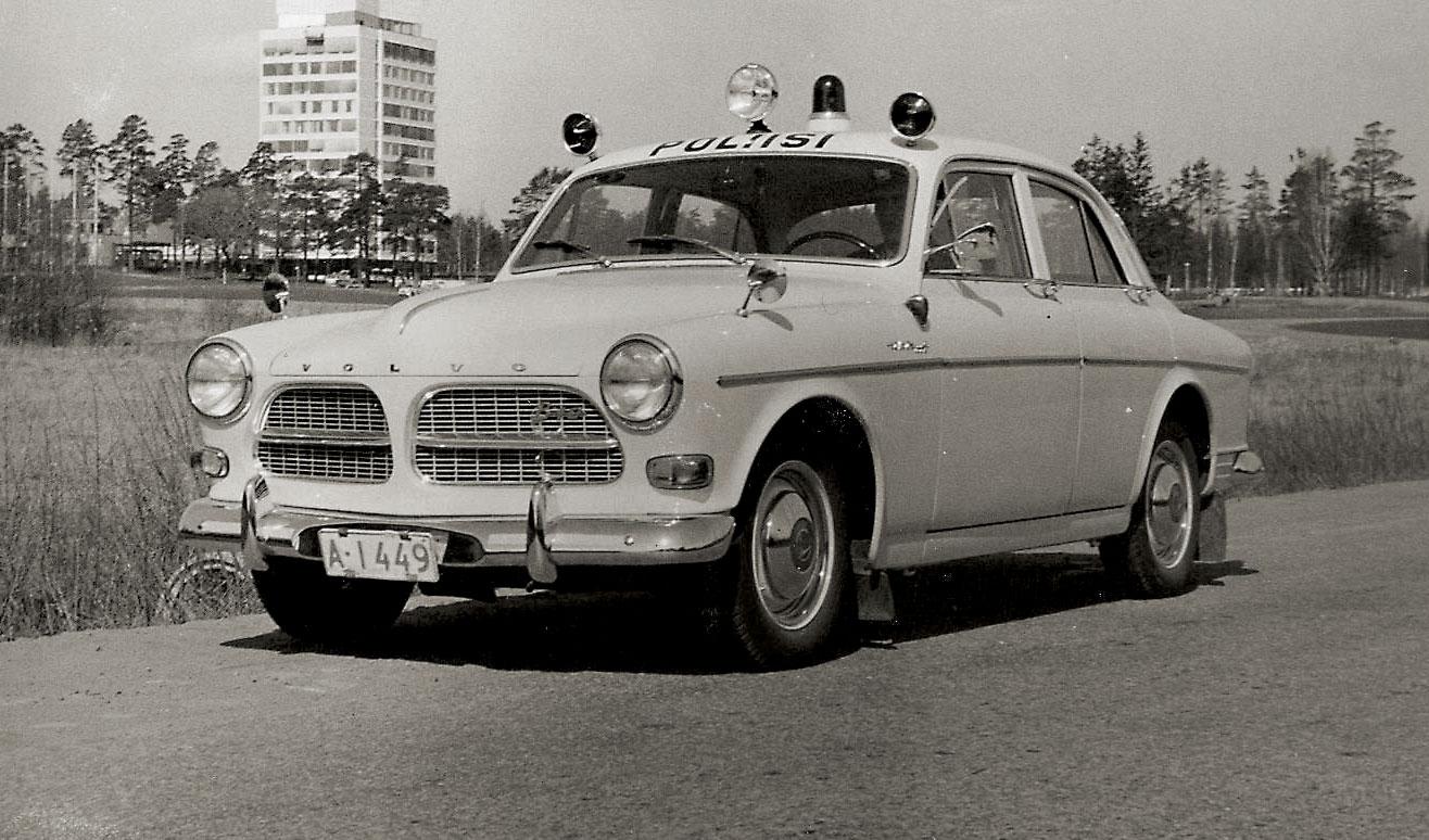 Autopula ei Suomessa rajoittunut siviiliin. Vielä 60-luvulle tultaessa Suomen 256 poliisipiiristä autoa vailla oli noin puolet. Niilo Tarvajärven organisoimille autokeräyksille oli siis todellinen tarve. Nopeimmat ja näyttävimmät autot menivät liikkuvalle poliisille, jolla oli käytössään mm. amerikanpeltiä ja Tarvan keräyksistä saadut Porschet ja Pyhimys-Volvo. Hamsterikeräyksessä luovutettiin kymmenen Volvo Amazonin lisäksi mm. viisi 144:sta (Shell Oy). Taustalla uutta modernia Tapiolaa Espoossa.