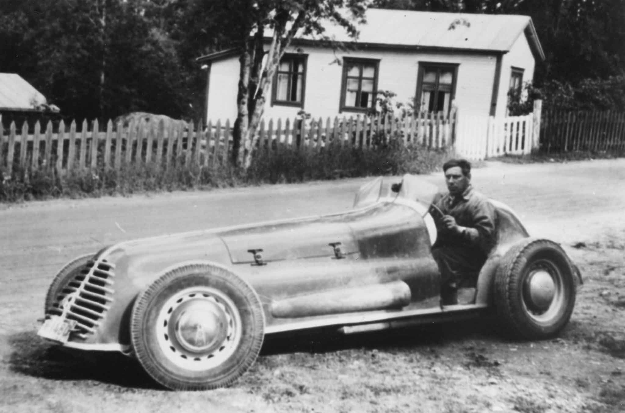 """Karl-Gustav Wikman istuu ylpeänä vastavalmistuneen spesiaalinsa ratissa Vaasassa vuonna 1949 tai -50. Kardan Oy:n valmistamassa autossa oli -25 Maxwellin runko ja Fordin """"95"""" sivuventtiili-V8. Uno Lamminen rakennutti auton Rovaniemellä kokonaan uusiin puihin talvella 1952/53."""