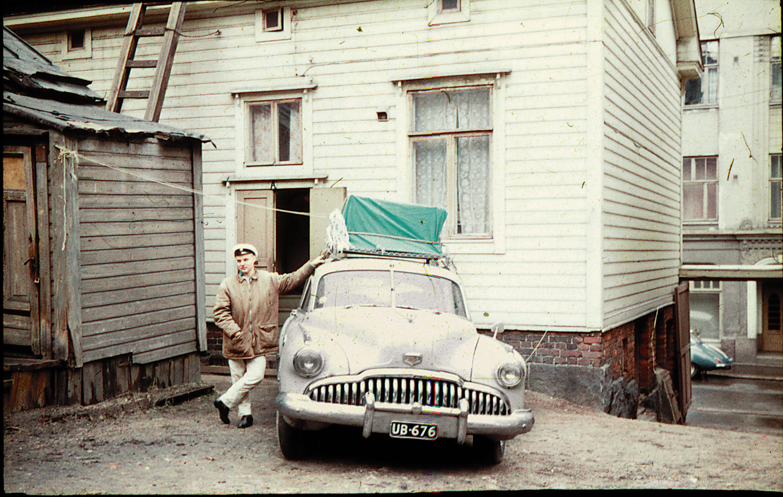 Lönnbergs Orkester lähdössä keikalle Merimiehenkatu 16 A:n pihalta vappuna -60. Vasta hankittuun Buickiin nojailee Pellen nuorempi veli Sören, joka myös soitti bändissä. Tässä osoitteessa Pelle oli asunut ensimmäiset kaksi ikävuottaan. Talo on purettu jo aikaa sitten.