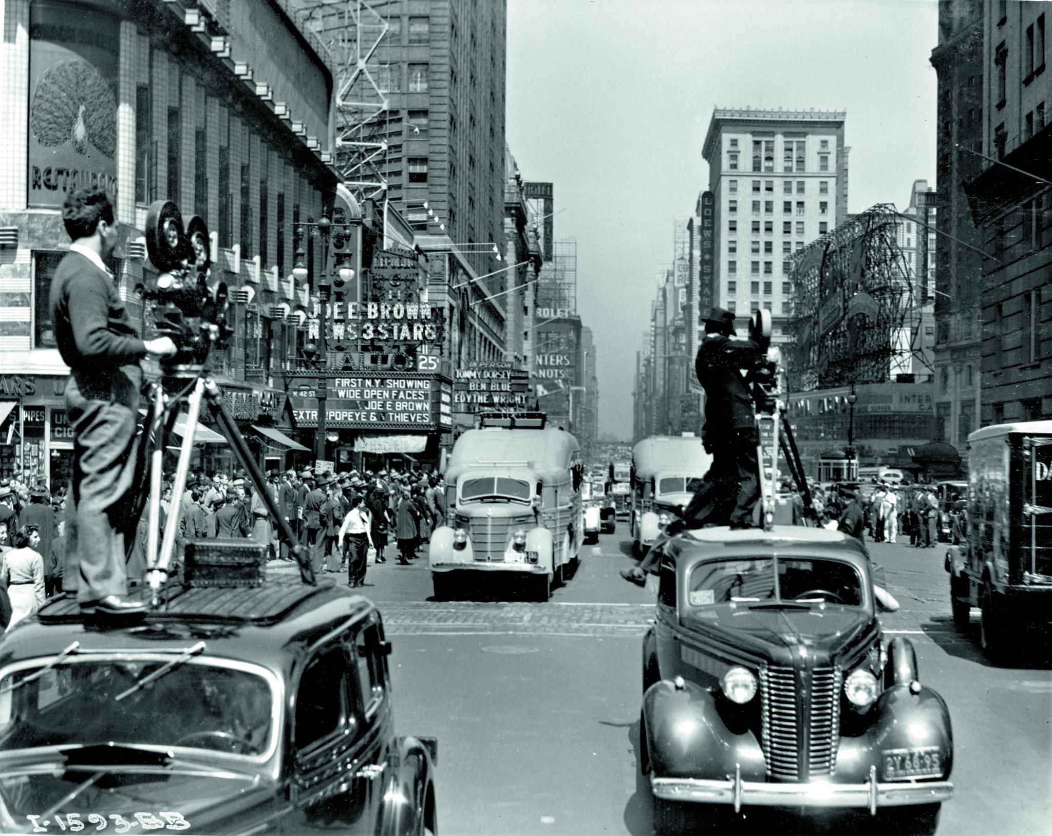 Elokuvakamerat taltioivat viidakkojahtien paraatin New Yorkin Times Squarella.